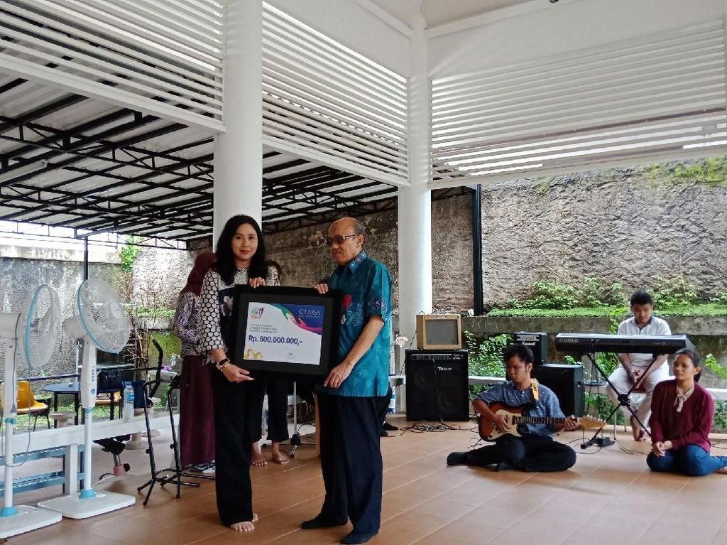 CT Arsa Serahkan Donasi Charity Fun Run 2017 ke Yayasan Mitra Netra