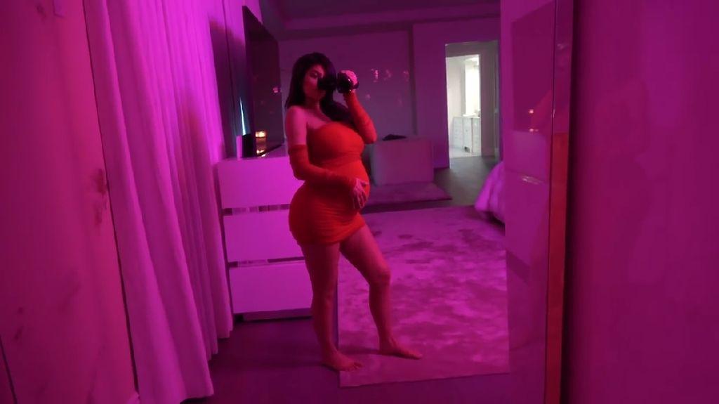 Foto: Melihat Perut Hamil Kylie Jenner yang Selama Ini Disembunyikan