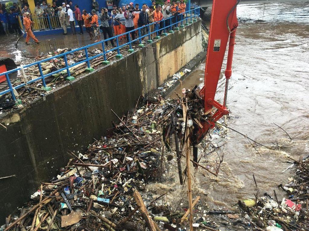 Penampakan 200 Ton Sampah yang Diangkut dari Pintu Air Manggarai