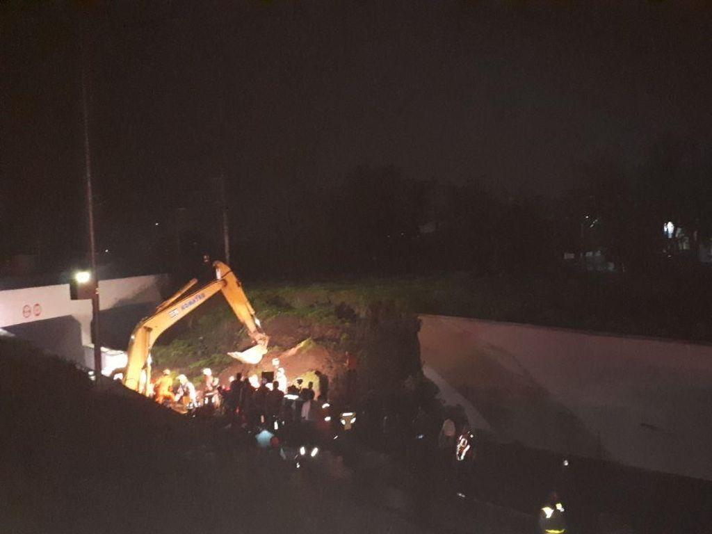 Susah Payah Evakuasi Mobil Tertimpa Longsor Tembok Jl Bandara Soetta