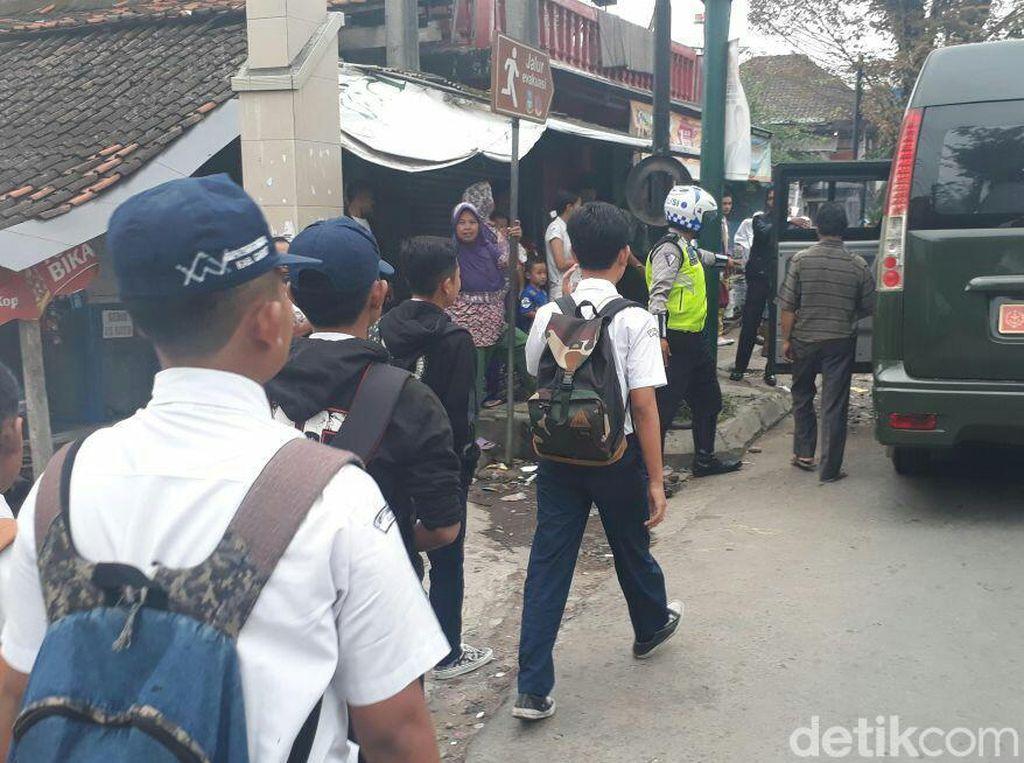 Angkot Mogok Massal, TNI-Polri Garut Angkut Penumpang Telantar