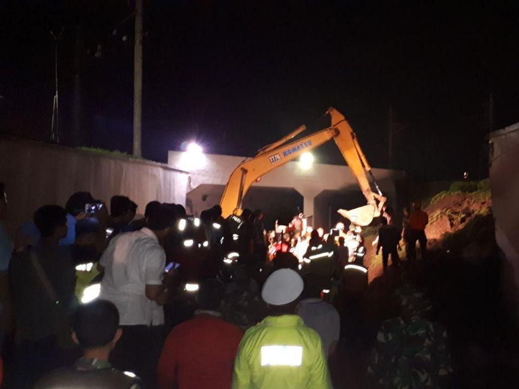 Evakuasi Mobil Tertimbun Longsor di Bandara, Ekskavator Mendekat