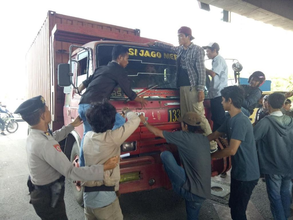 Demo Kasus Penembakan Siswa di Makassar Ricuh