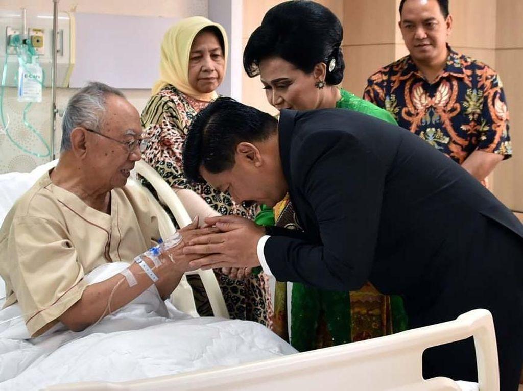 Panglima TNI Besuk Gus Sholah di RSPON