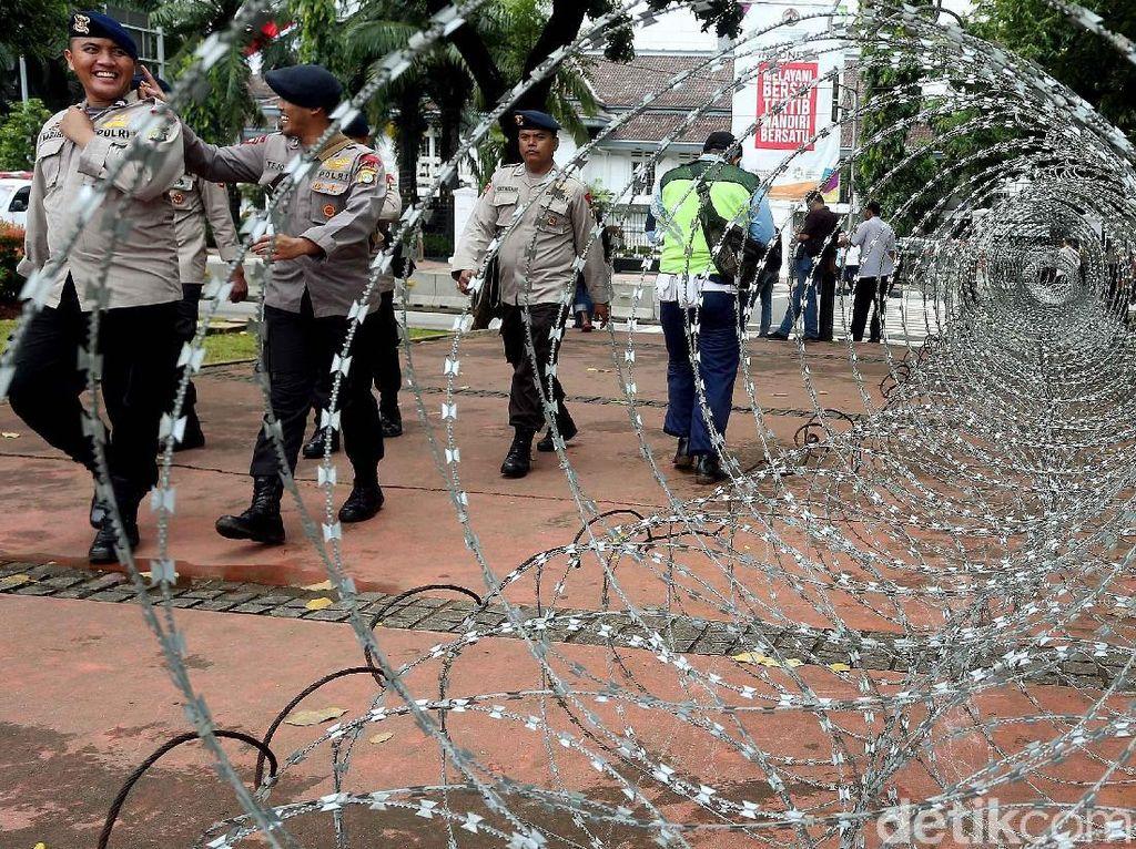 Massa Buruh Unjuk Rasa, Istana Negara Ditutup Kawat Berduri