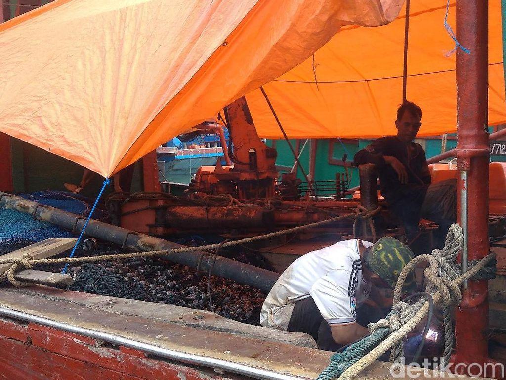 Cuaca Buruk, Nelayan di Cirebon Manfaatkan Perbaiki Kapal
