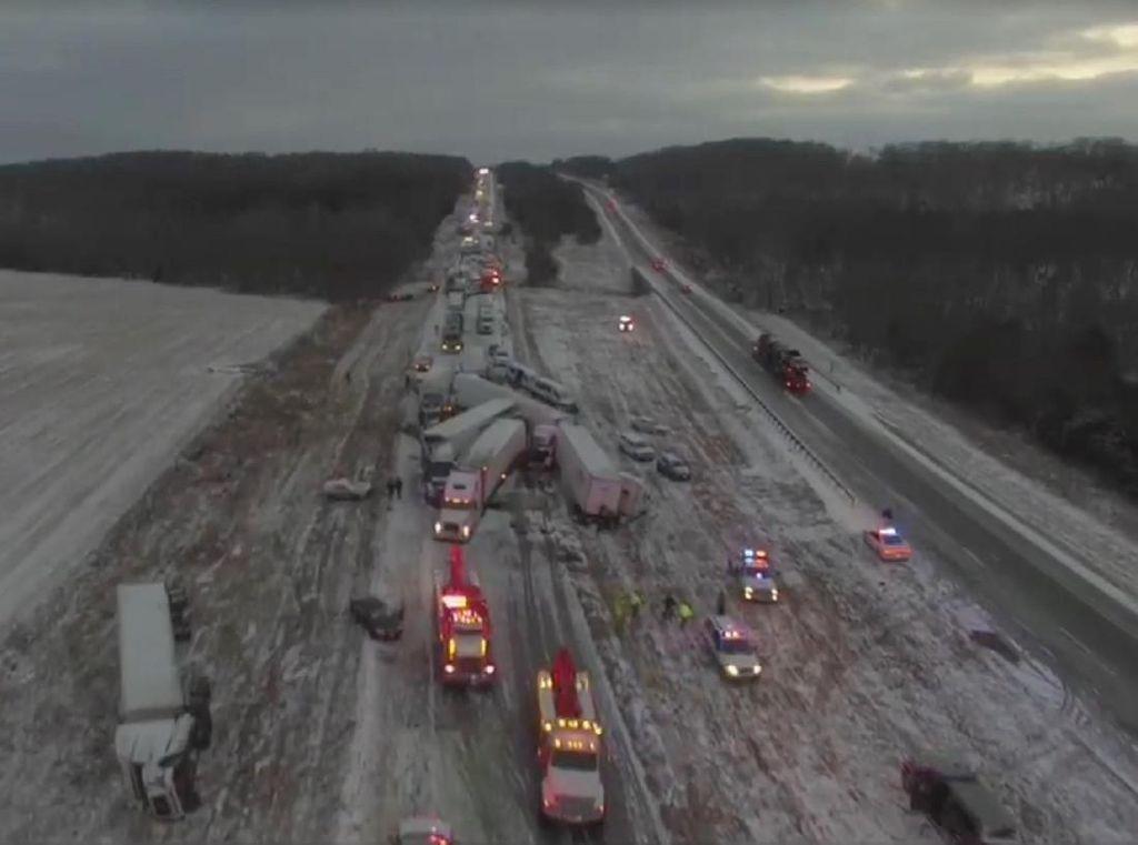 Foto: Puluhan Mobil Tabrakan Beruntun di Jalan Bersalju Missouri