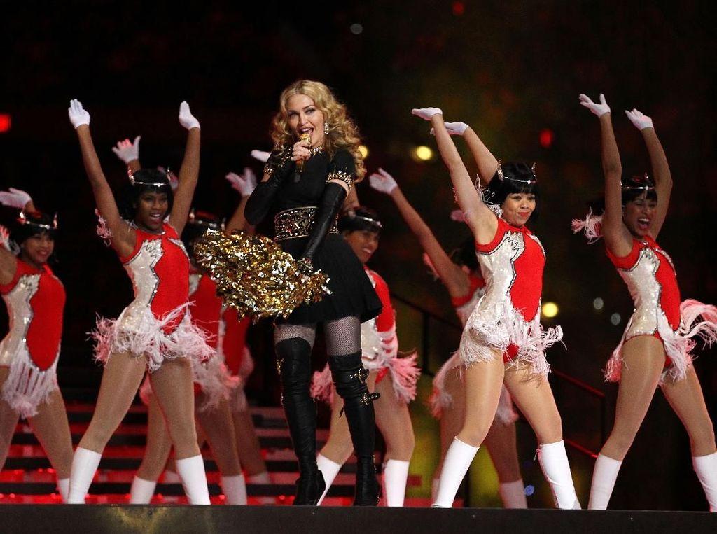 Foto: Kostum Terseksi di Super Bowl, Janet Jackson sampai Lady Gaga