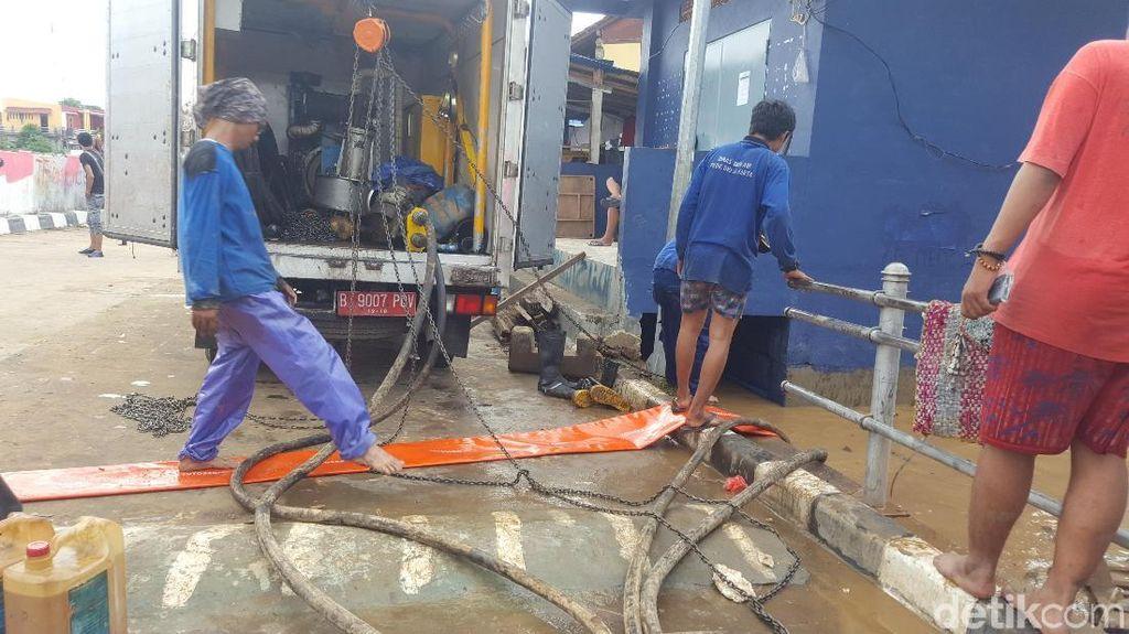Foto: Petugas Sedot Air yang Rendam Kampung Pulo