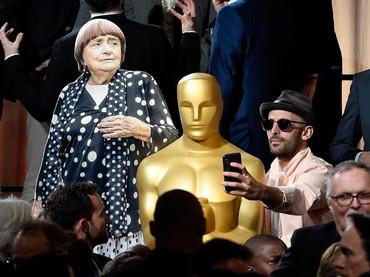 Namun Agnes berhalangan hadir sehingga JR hanya membawa tiruannya saja. Kevork Djansezian/Getty Images.