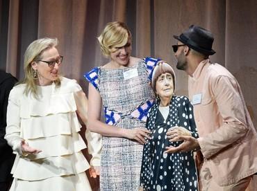 Meryl Streep dan Greta Gerwig pun sampai kaget dan tertawa dengan ide tersebut. Kevork Djansezian/Getty Images.