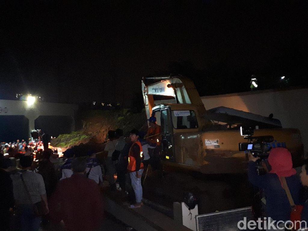 Evakuasi Lanjut, Ekskavator Selesai Keruk Tanah Longsor di Soetta