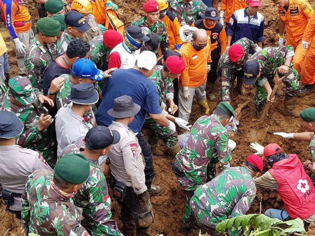 Prajurit Kostrad Ikut Bantu Evakuasi Korban Longsor di Bogor