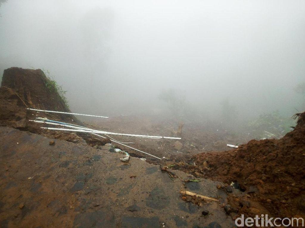 Pipa Air ke Rumah Warga Terputus Akibat Longsor di Puncak