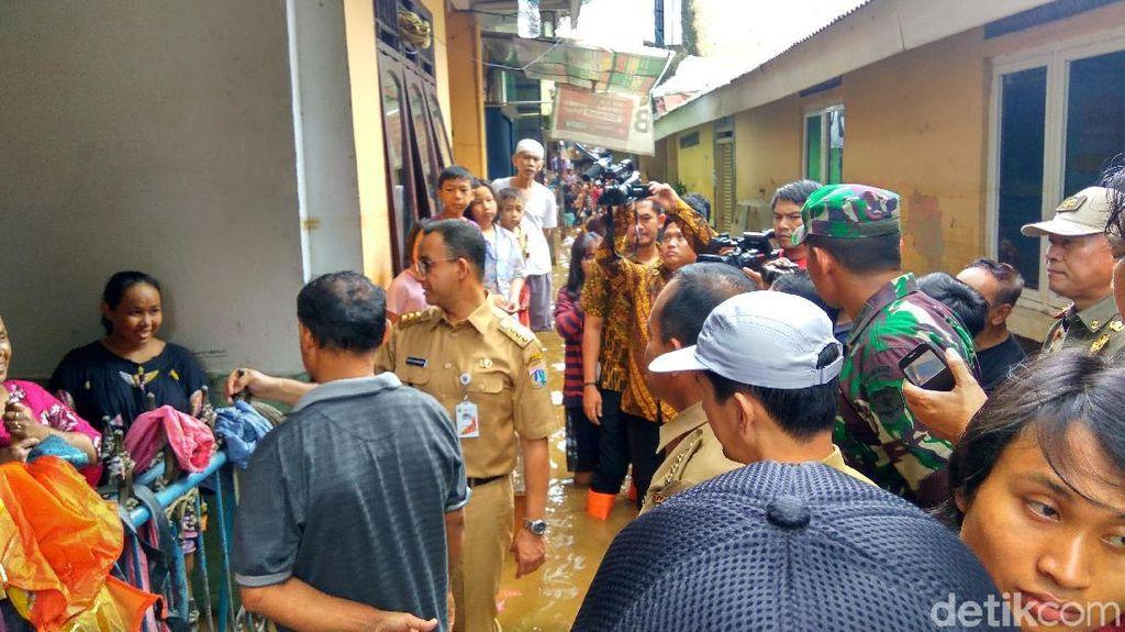 Foto: Pakai Boots Oranye, Anies Tinjau Banjir di Kebon Pala