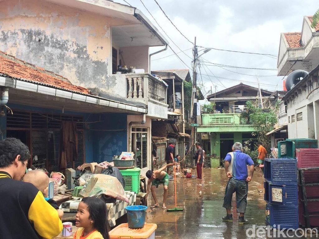 Banjir Surut, Warga Rawajati Kini Bersih-bersih Rumah