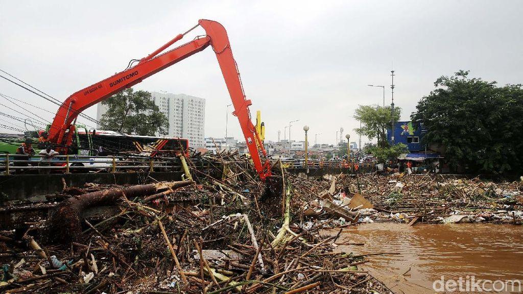Terbawa Banjir, Sampah Batang Kayu Menumpuk di Jembatan