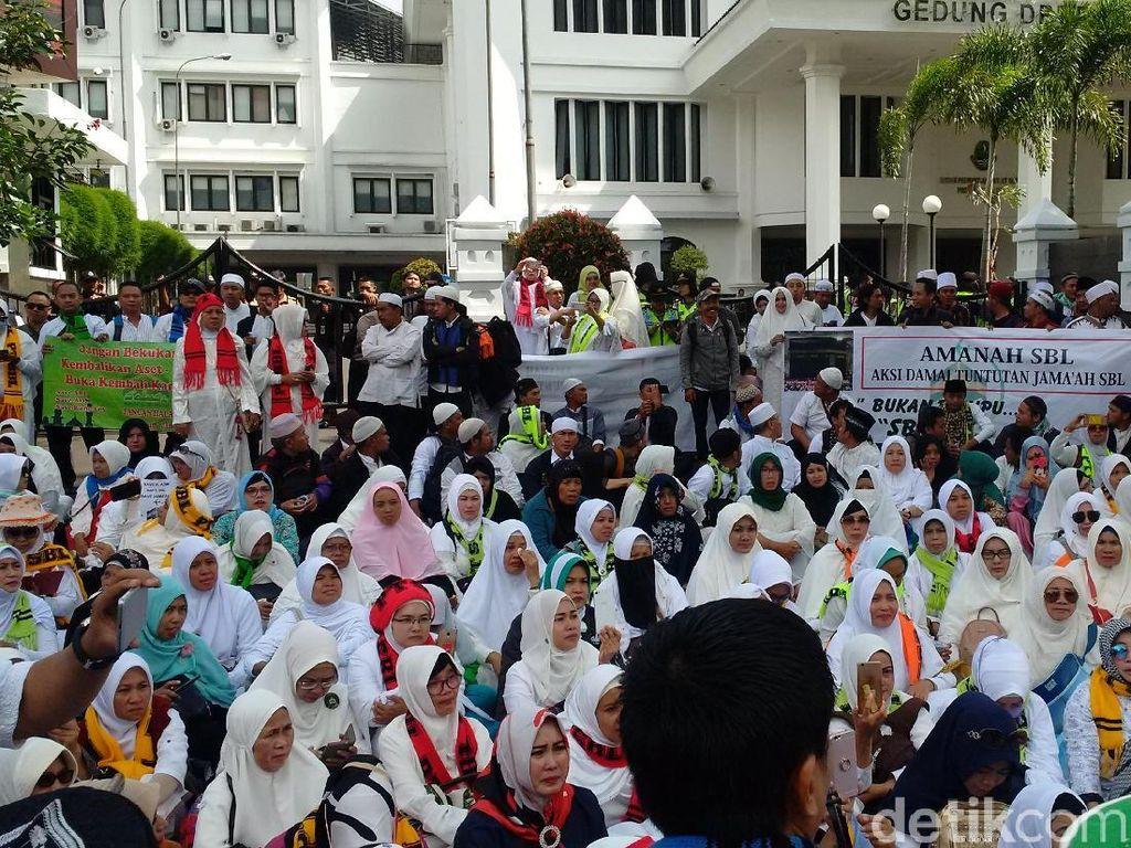 Ratusan Calon Jamaah Umrah Gelar Aksi Tuntut PT SBL Beroperasi