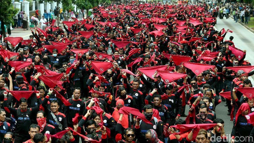 Suasana Massa Buruh Unjuk Rasa di Istana Negara