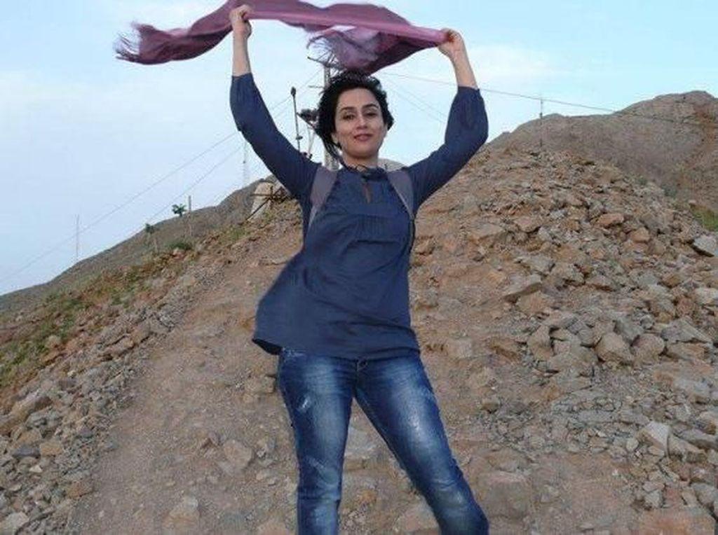 Viral, Aksi Lepas dan Bakar Kerudung Dalam Rangka No Hijab Day