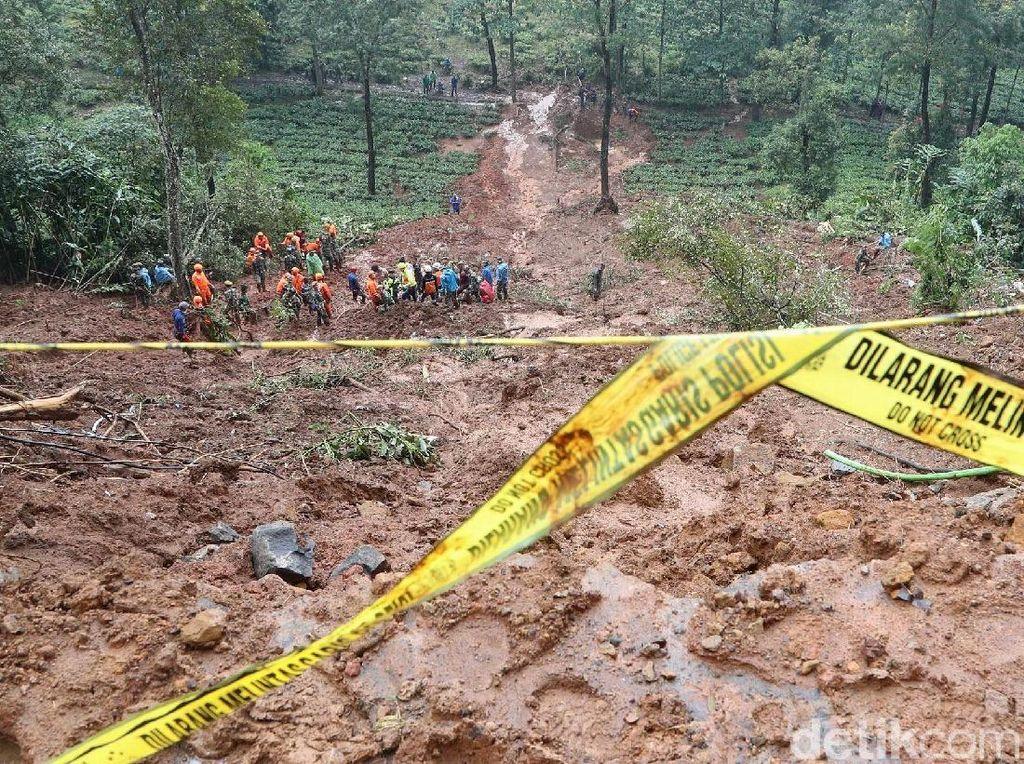 Ratusan Personel Masih Cari Korban Longsor di Riung Gunung