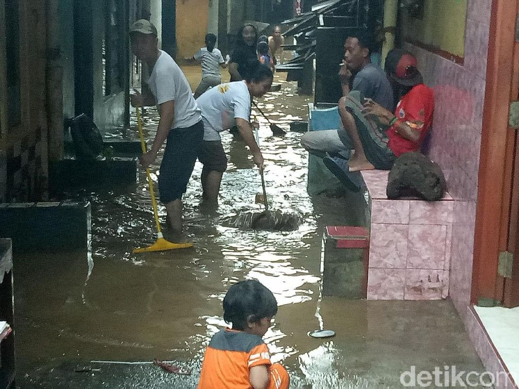Banjir Kampung Melayu Berangsur Surut, Warga Mulai Bersih-bersih