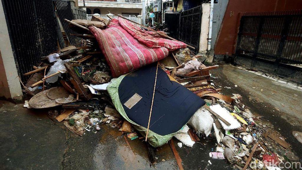 Potret Tumpukan Sampah Sisa Banjir di Cililitan