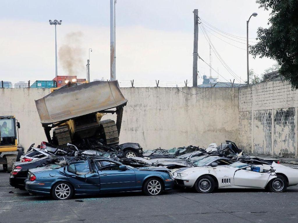 Mobil-mobil Mewah Senilai Rp 12 M ini Dilindas Habis Bulldozer