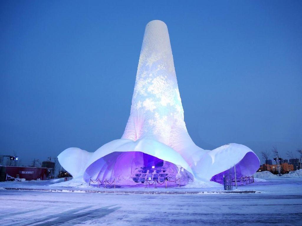 Ini Dia Patung Es Terbesar Sedunia, 31 Meter!