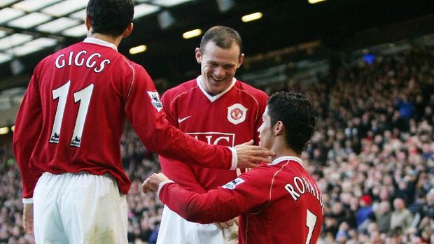 Manchester United's Cristiano Ronaldo (R) celebrates with Wayne Roney (C) and Ryan Giggs (L) after scoring against Manchester City during their Premiership football match at Old Trafford, Manchester, England, 9 December 2006. AFP PHOTO/PAUL ELLIS Mobile and website use of domestic English football pictures subject to subscription of a license with Football Association Premier League (FAPL) tel : +44 207 298 1656. For newspapers where the football content of the printed and electronic versions are identical, no licence is necessary. / AFP PHOTO / PAUL ELLIS