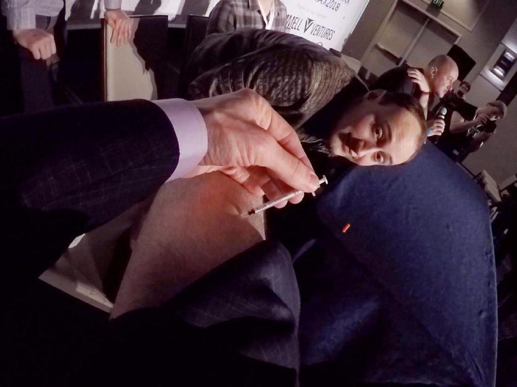 Bikin Heboh, CEO Perusahaan Live Stream Suntikkan Vaksin Tak Teruji