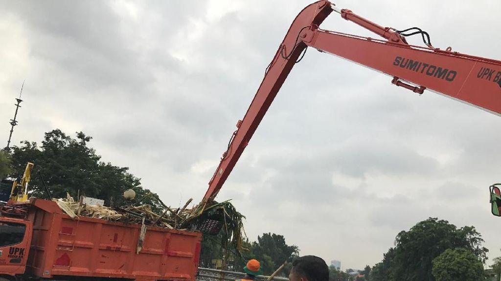 Foto: Ekskavator Bersihkan Sampah dari Sungai Ciliwung