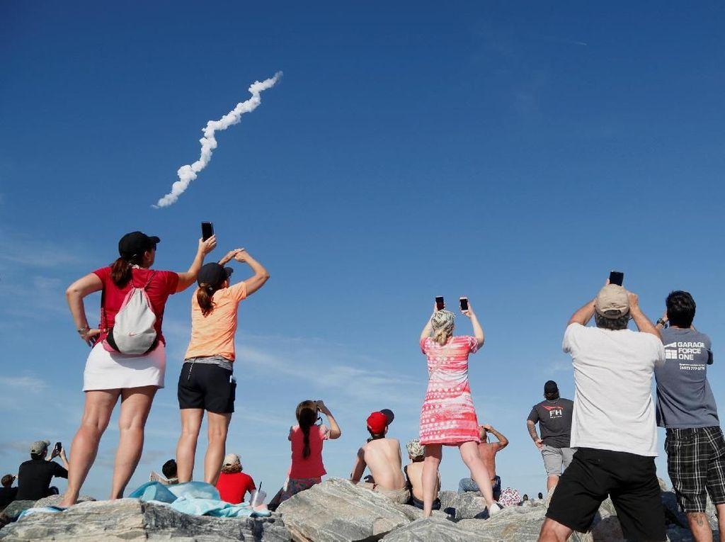 Ramai-ramai Nobar Penerbangan Roket Terkuat Sejagat