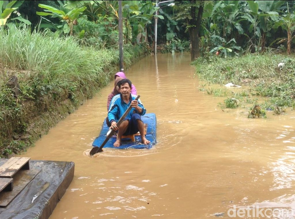 Banjir di Kampung Arus Naik Lagi, Warga Pakai Perahu Berangkat Kerja