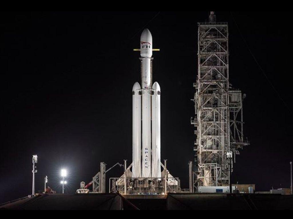 Peluncuran Roket Terkuat Sejagat Milik SpaceX Ditunda