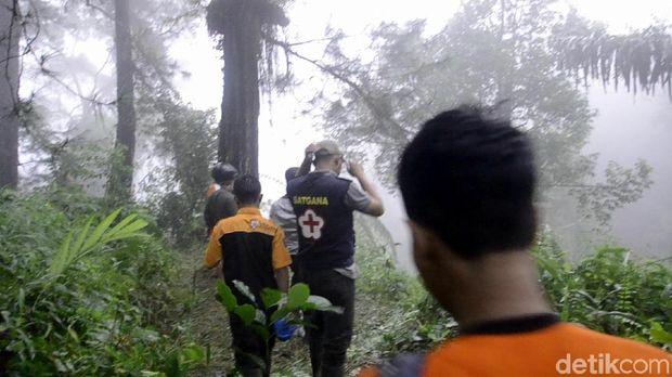 Tim SAR masih melakukan pencarian korban longsor
