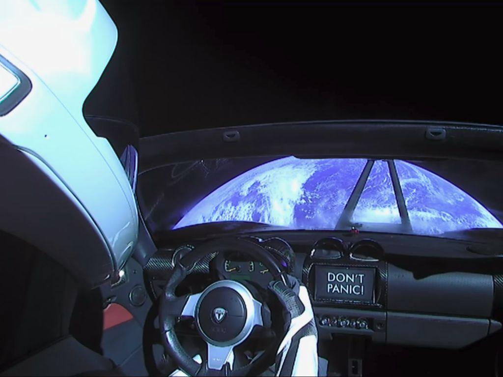 Mobil Roadster Tesla Dekati Mars