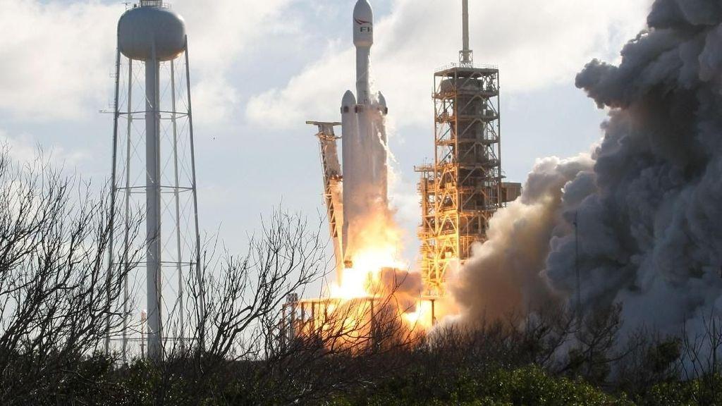Detik-detik Menegangkan Roket Terkuat Sejagat Mengangkasa
