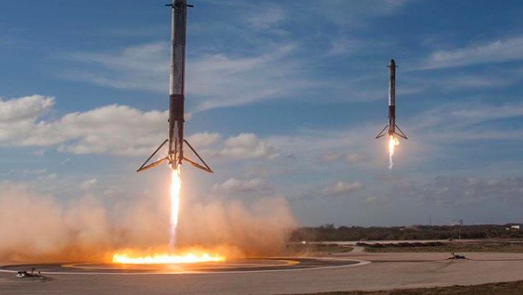 Momen Menakjubkan Mesin Falcon Heavy Balik Sendiri ke Bumi
