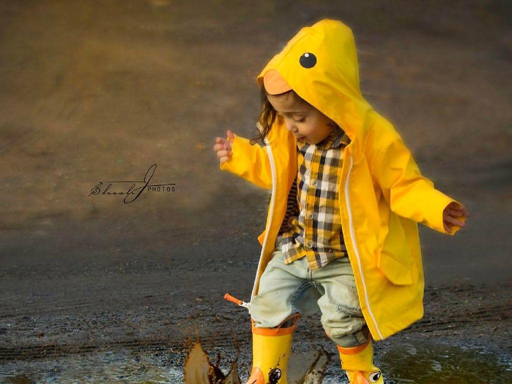 Gemas Banget Sih Lihat Anak-anak Ini Pakai Mantel Hujan dan Boots