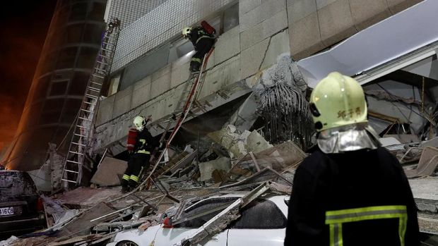 Tim pemadam kebakaran mencari korban selamat dari gedung yang runtuh diguncang gempa Hualien, Taiwan, Selasa (6/2).