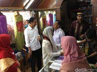 Presiden Jokowi dan Ibu Negara Iriana Jokowi ketika membeli kain songket silungkang di Solok Sumbar, Kamis (8/2/2018)