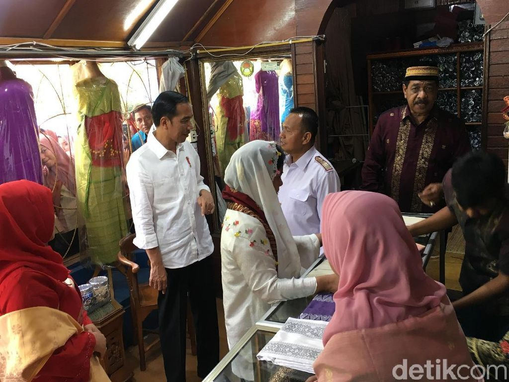 Video Jokowi-Iriana Berburu Songket Khas Minang