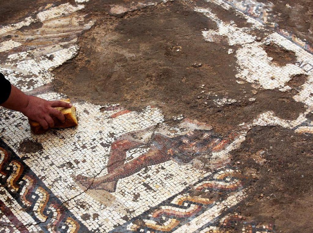 Lantai Mosaik Langka Berusia 1.800 Tahun Ditemukan di Israel