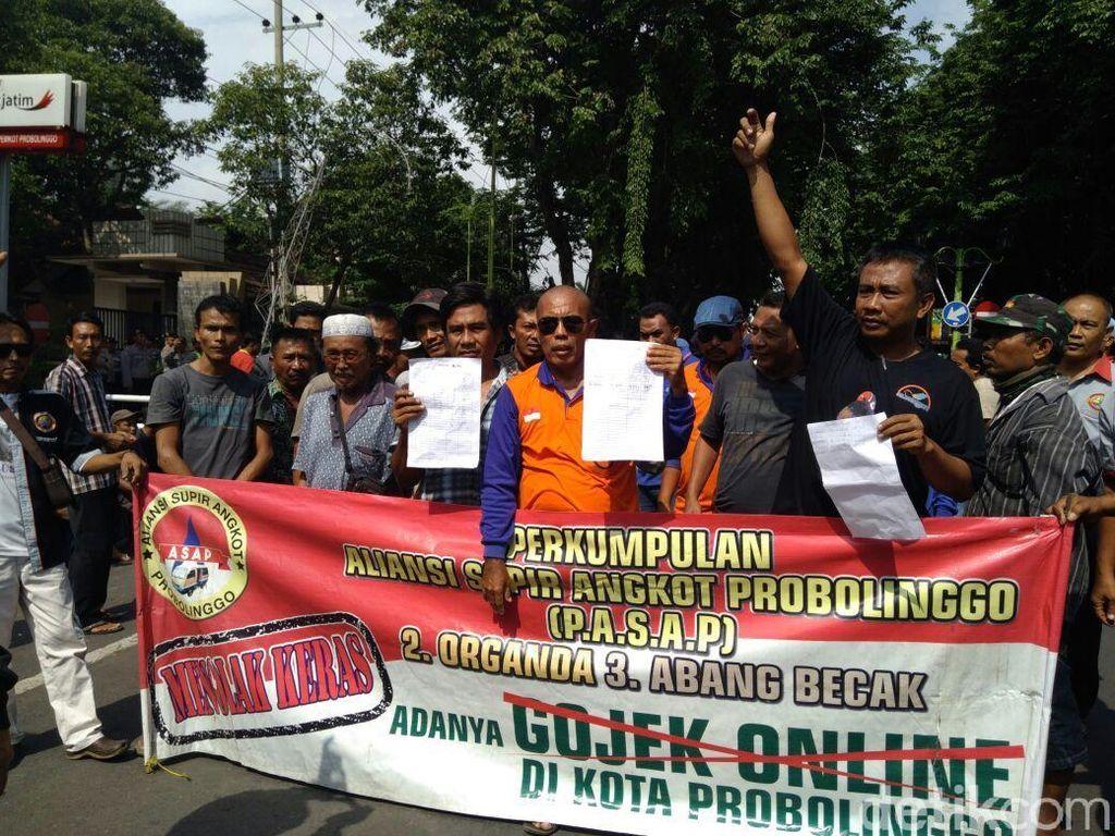 Tolak Transportasi Online, Sopir Angkot di Probolinggo Blokade Jalan