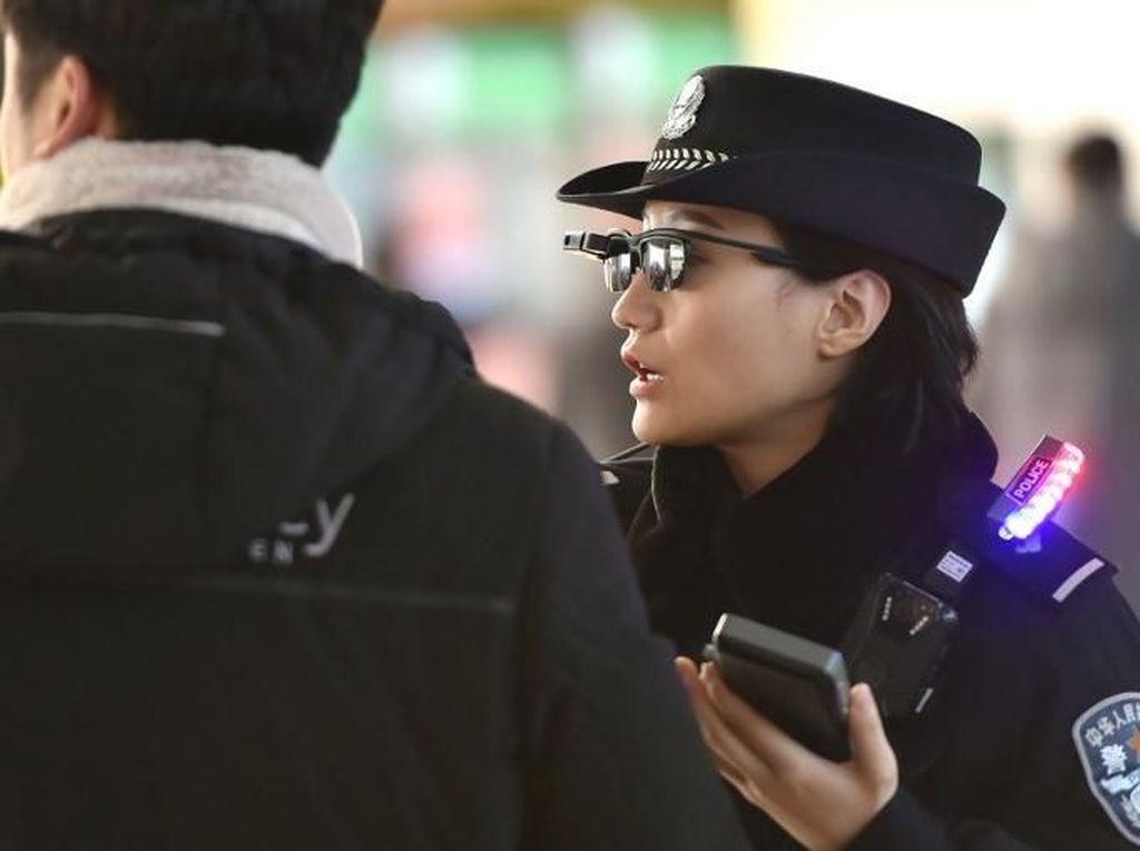 Foto: Gaya Polisi China Berkacamata Canggih Pendeteksi Penjahat