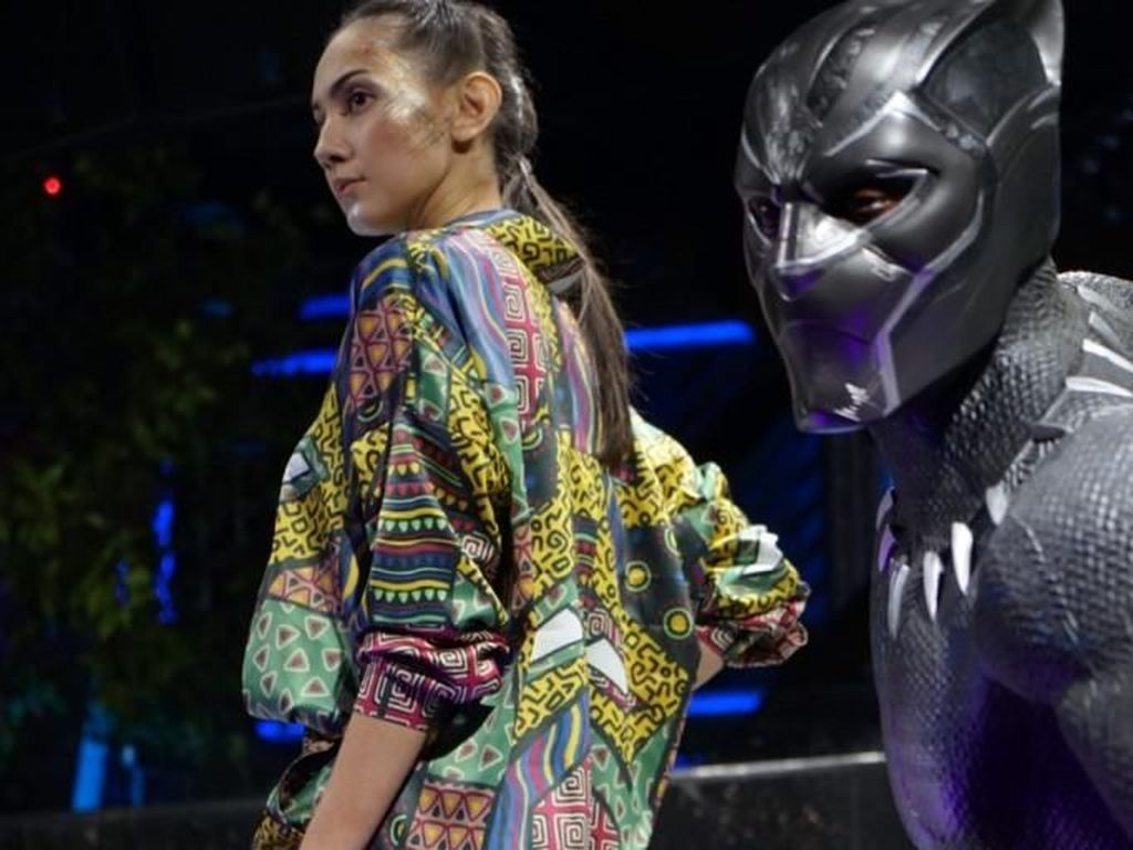 Foto: Intip Koleksi Busana Bertema Black Panther Karya Desainer Indonesia