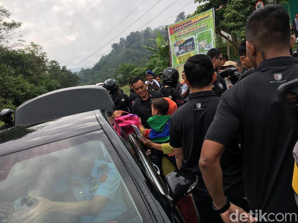 Jokowi dan Iriana Bagi-bagi Tas Pink ke Warga Sumbar, Apa Isinya?