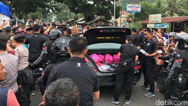 Tas berwarna pink yang dibagikan Jokowi dan Iriana di Dharmasraya.