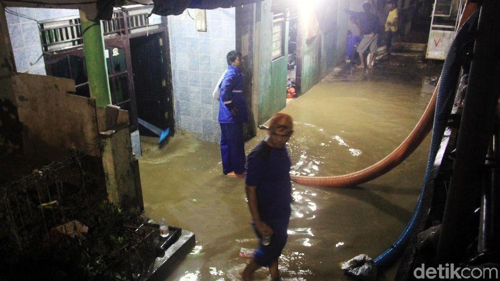 Petugas Pengendali Banjir Beraksi di Jatinegara